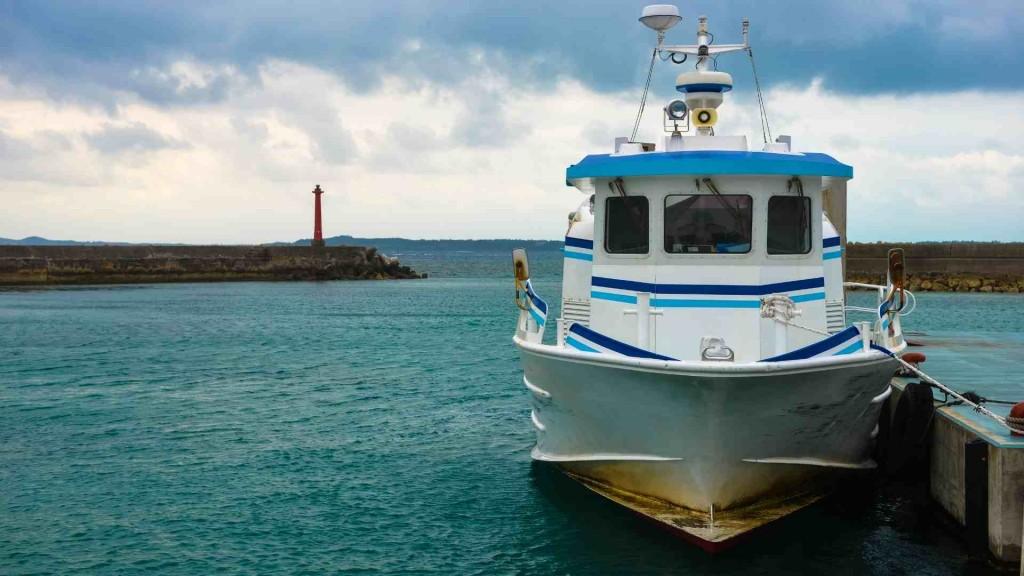 Barco cabinado para pesca dársena pesquera Tenerife